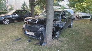 Audi na drzewie przy Prałatowskiej
