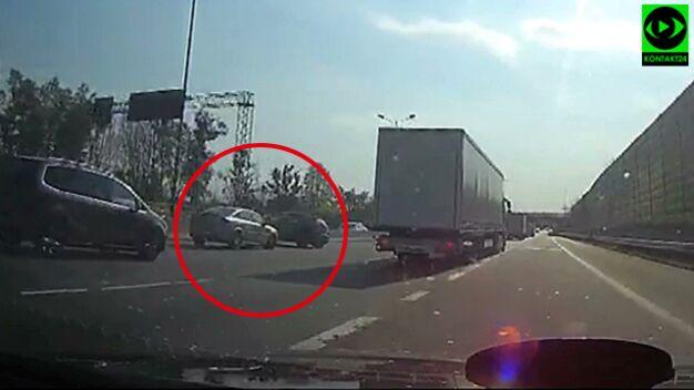 Rozbite auta blokowały S8: nagranie chwili zderzenia