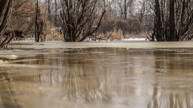 Wzrosła temperatura, śnieg i lód topnieją. Możliwe gwałtowne wzrosty poziomów wody
