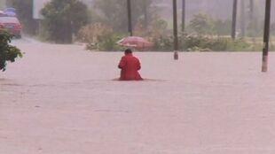 Katastrofalne powodzie w Chinach odcięły ludzi od świata